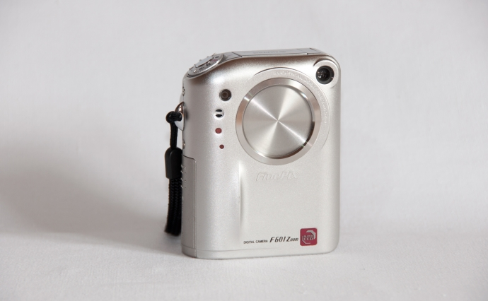 fuji-f601-zoom-front-gedreht